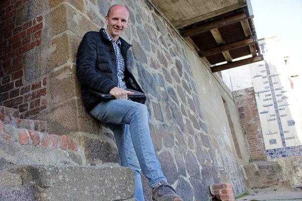 Webdesigner Holger Meyer am Elbufer in Lauenburg
