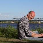 Webdesigner mit Laptop an der Elbe vor Lauenburg