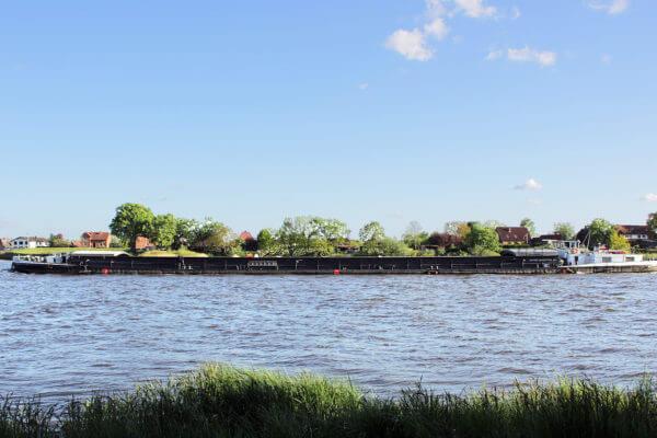 Ein Motorschiff auf der Elbe vor Lauenburg